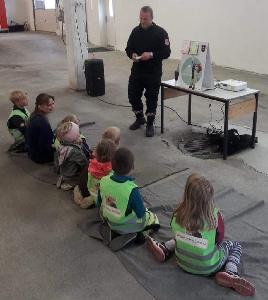 Barnehagedager med Bjørnis - Brannstasjon på Tolga